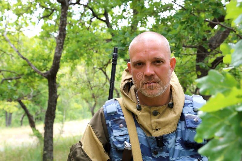 Na polowaniu Mężczyzna 35-40 lat, militarny myśliwy z a obraz stock