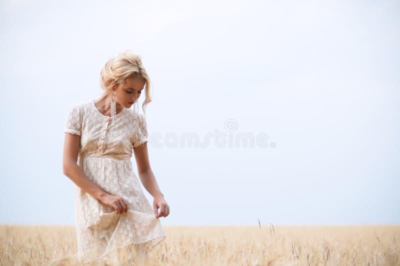 Na polu młoda piękna kobieta obraz stock