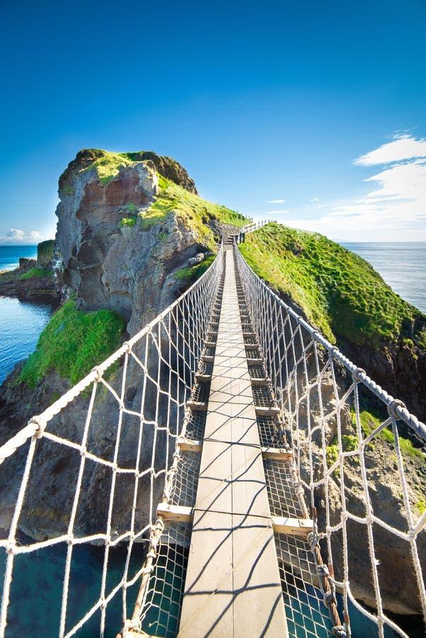 Na ponte de corda de Irlanda do Norte, ilha, rochas, mar fotos de stock