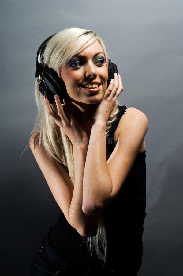 Na popielatym tle blondynki piękna młoda kobieta zdjęcia stock