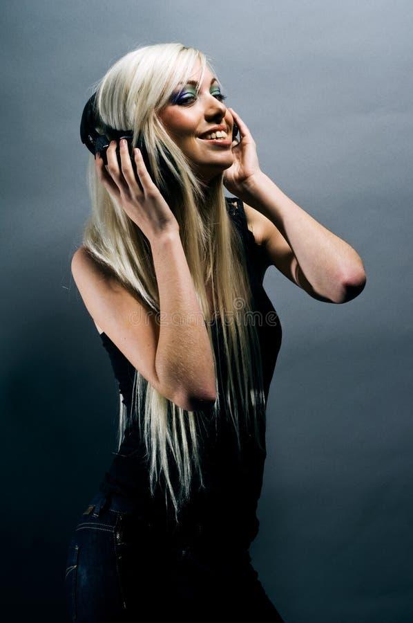 Na popielatym tle blondynki piękna młoda kobieta zdjęcia royalty free
