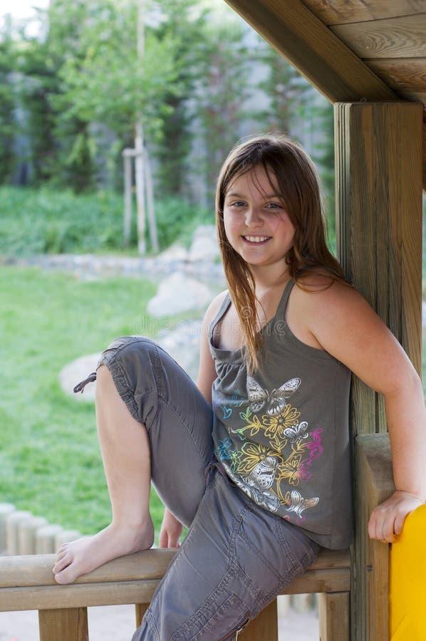 Na Poręczu młodej dziewczyny Obsiadanie zdjęcia stock