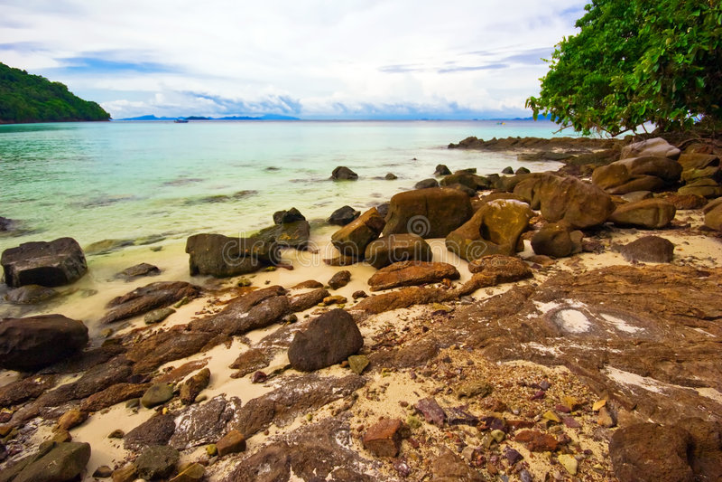 Na praia tropical das pedras imagem de stock