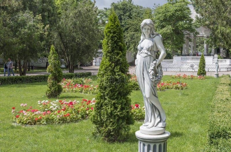 Na primavera cidadãos caminhada e resto do parque de Gorky fotografia de stock royalty free
