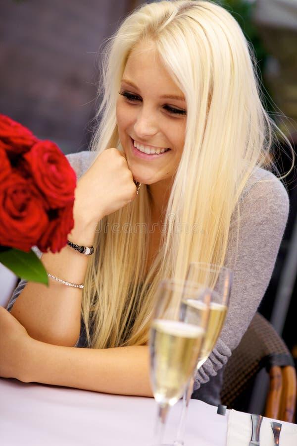Na restauraci śliczna dziewczyna zdjęcie royalty free