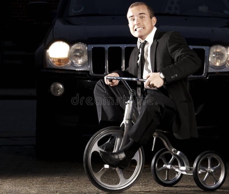 Na rowerze młody biznesowy mężczyzna obraz royalty free