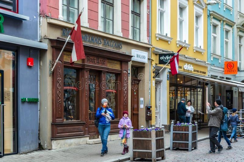 Na rua de Riga velho imagens de stock royalty free