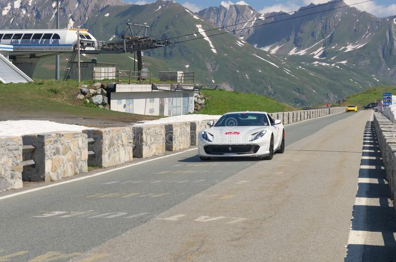 Na rua Ferrari branco participa no evento 2018 da CAVALGADA ao longo das estradas de Itália, de França e de Suíça em torno de MON fotografia de stock royalty free