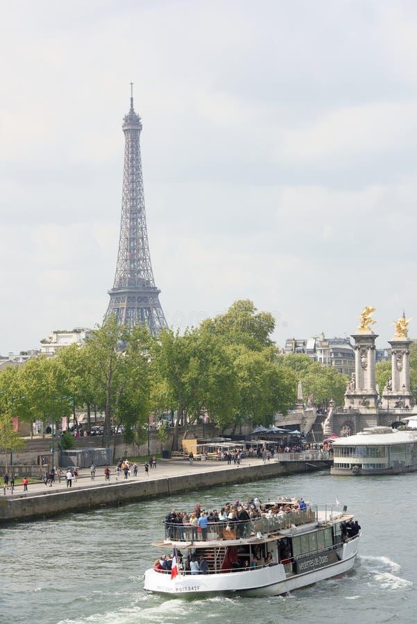 Na rzecznym wontonu żeglowania statku z rozochoconymi turystami zdjęcia royalty free