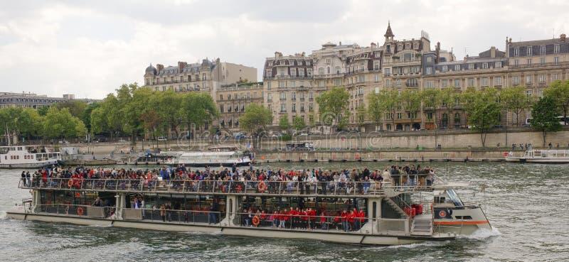 Na rzecznym wontonu żeglowania statku z rozochoconymi turystami zdjęcie royalty free