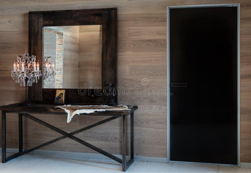 Na sala são o espelho e a luz antigos do cristal do bronze Design de interiores moderno do corredor fotos de stock