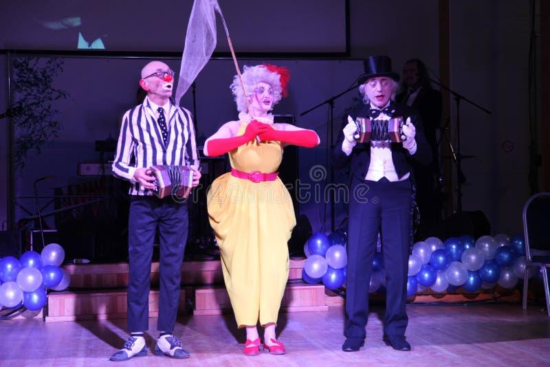 Na scenie, błazenach, mimowie, komedianci, aktorzy ansambl mima theatre błaznować i mim Licedei zdjęcia stock