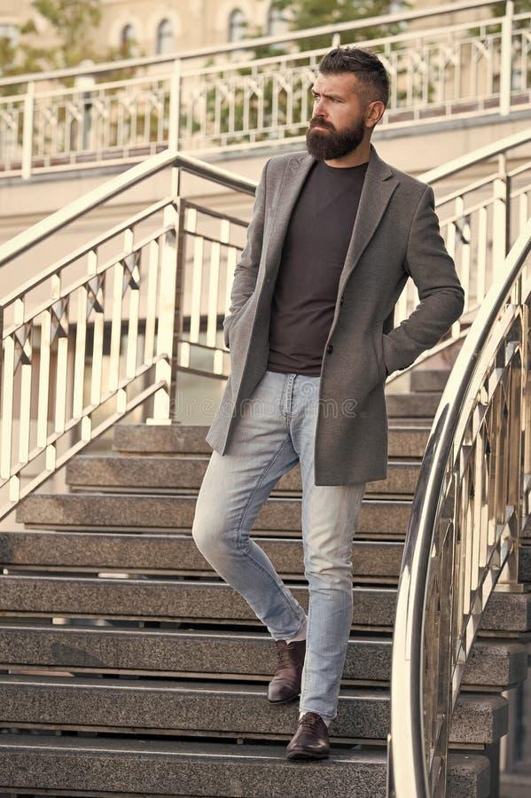 Na schodach. Stylowy, luksusowy strój na wiosnę. Koncepcja mody Menswear i mężczyzn. Stylowy mężczyzna brodaty obrazy royalty free