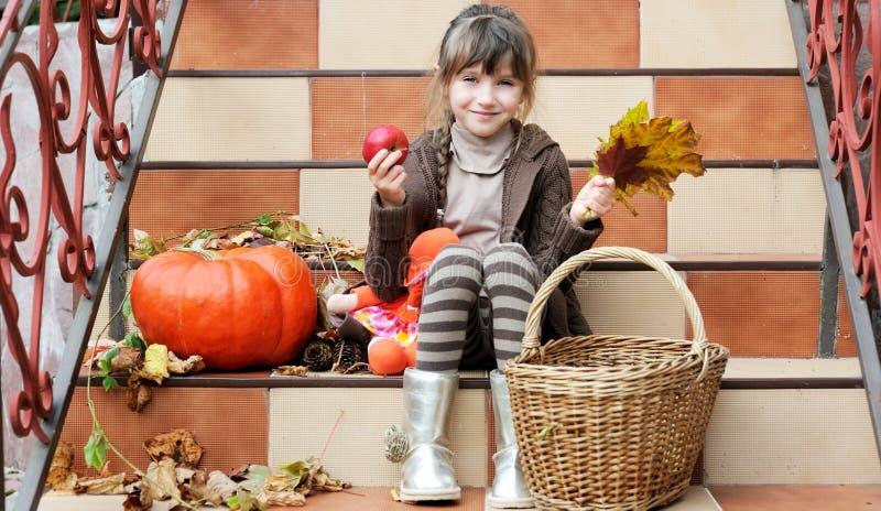 Na schodkach schodek małej dziewczynki obsiadanie obraz stock