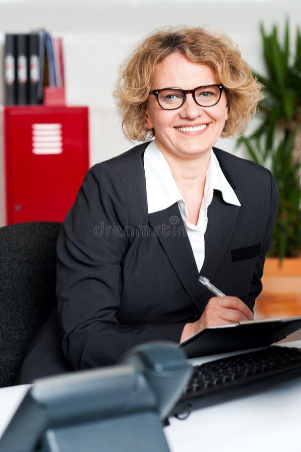 Na schowku writing żeńskie wykonawcze notatki zdjęcia royalty free