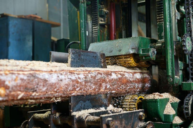 Na serração Imagem da máquina do fazer logon do sawing fotos de stock royalty free