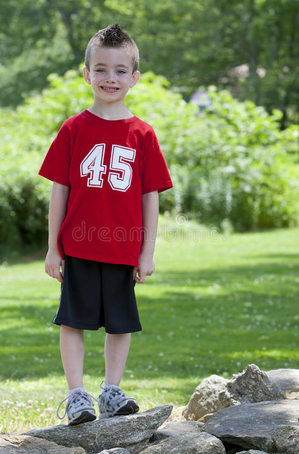 Na skałach młoda chłopiec zdjęcie stock