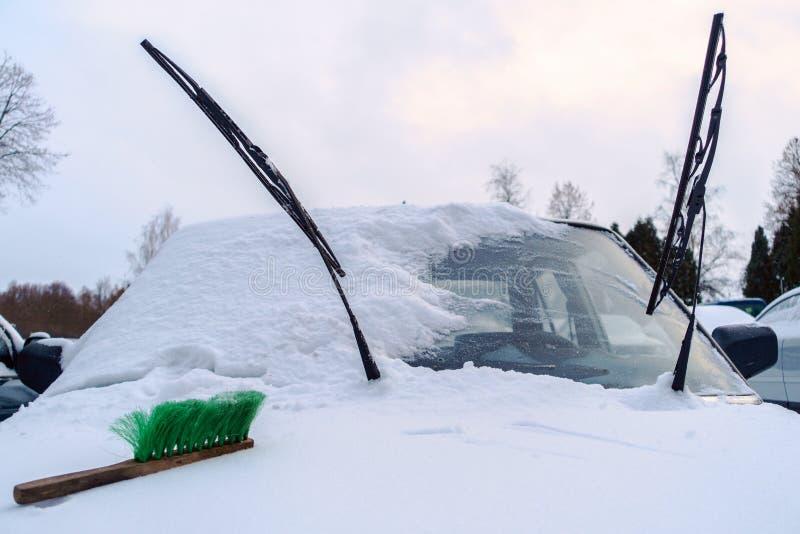 Na snowbound samochodowych kapiszonów kłamstwach zielenieje muśnięcie zdjęcie stock