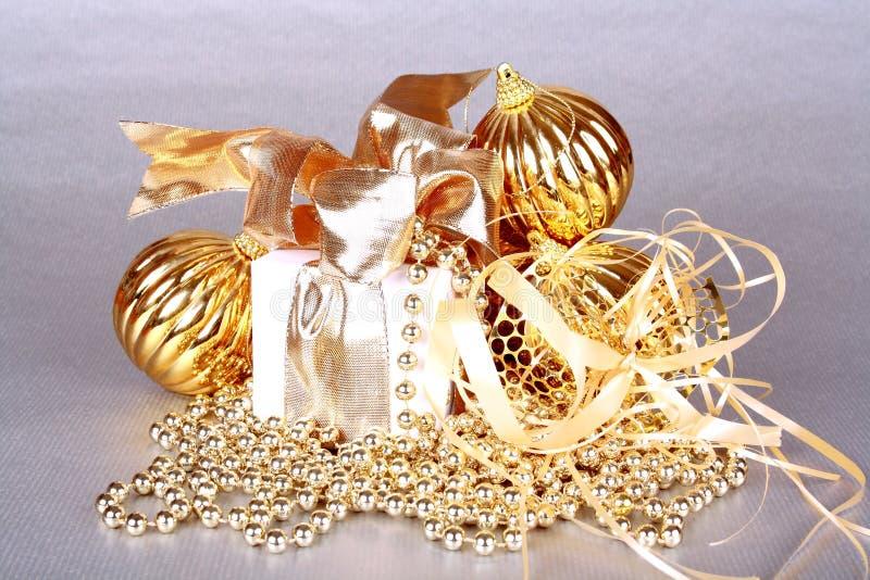 Na srebnym tle złota Bożenarodzeniowa dekoracja fotografia royalty free