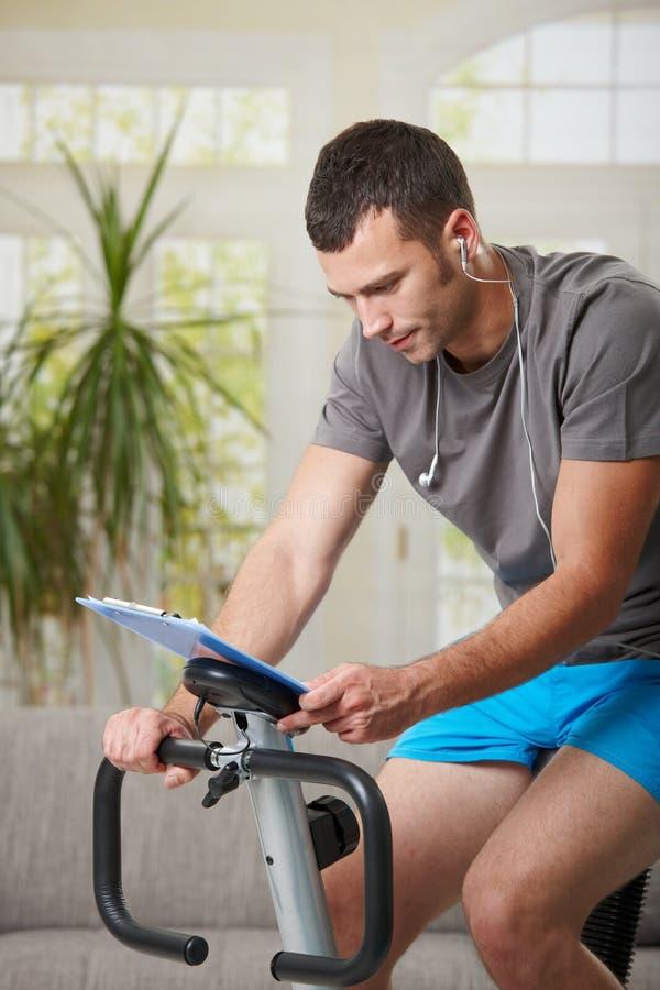 Na stacjonarnym rowerze mężczyzna szkolenie fotografia stock