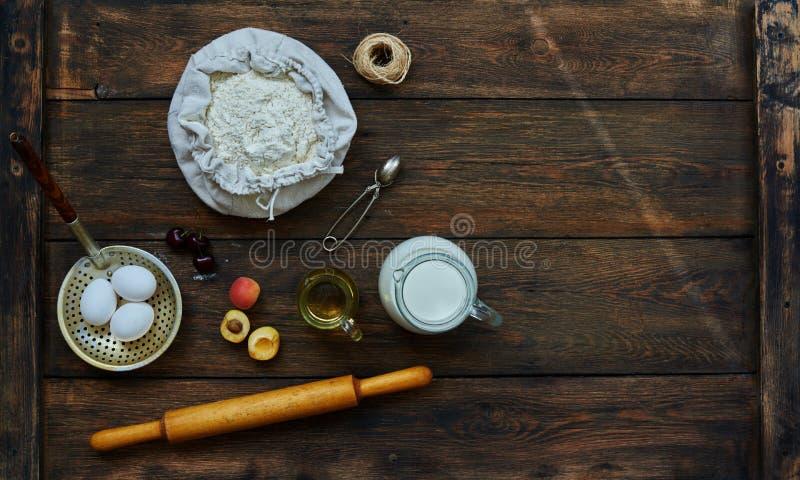 Na stole kłaść brown składniki dla kulinarnego ciasta fotografia royalty free