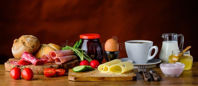 Na stole zdrowy śniadanie obrazy stock