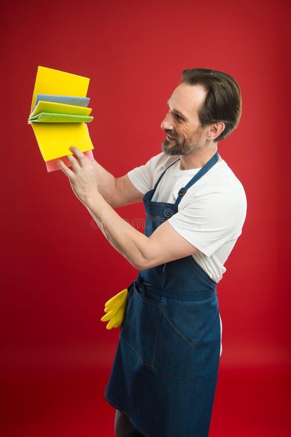 Na strażniku czystość i rozkaz Czyści usługi i gospodarstwa domowego obowiązek Mężczyzna w fartuchu z rękawiczkami trzyma różne g zdjęcie stock