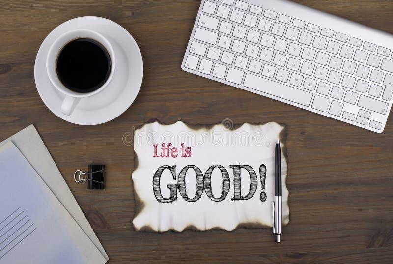 Na tabela um pedaço de papel e um texto - a vida é boa! imagem de stock
