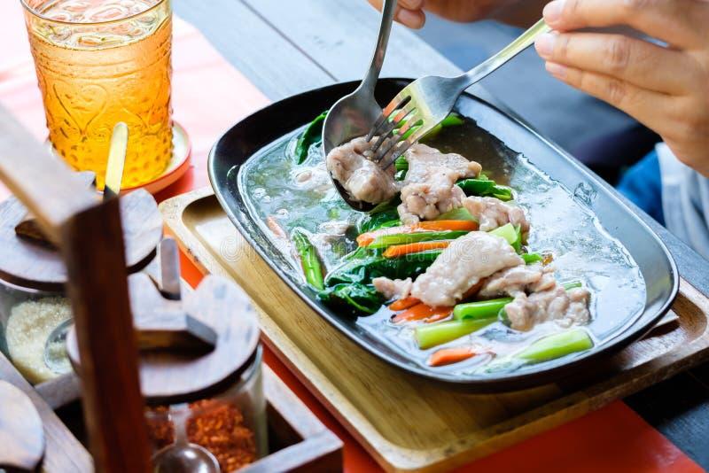Na tailandês do rato do alimento, macarronete fritado com carne de porco no molho do molho imagens de stock royalty free