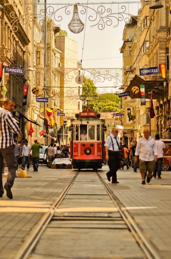 Na Taksim Ulicie rocznika tramwaj Istiklal obrazy royalty free