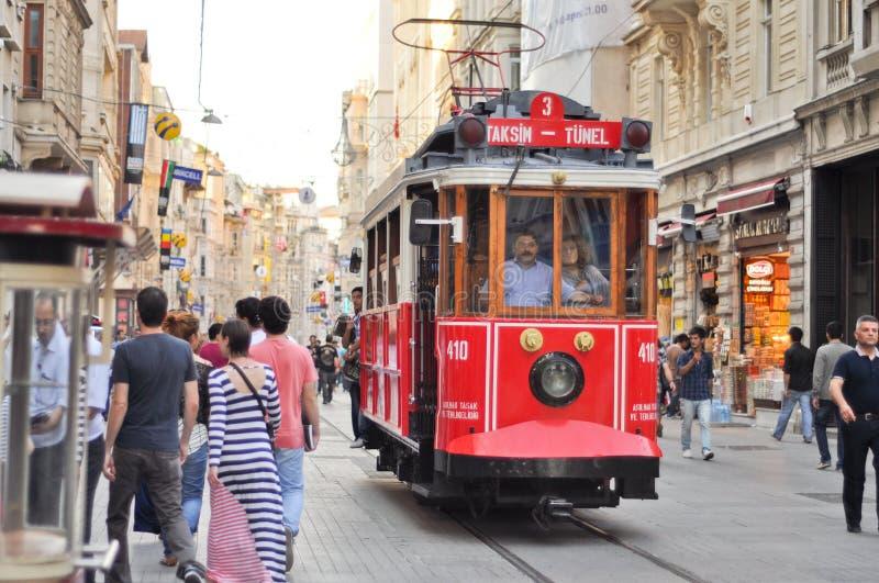 Na Taksim Ulicie rocznika tramwaj Istiklal fotografia royalty free