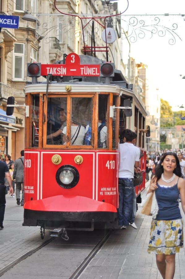 Na Taksim Ulicie rocznika tramwaj Istiklal obrazy stock