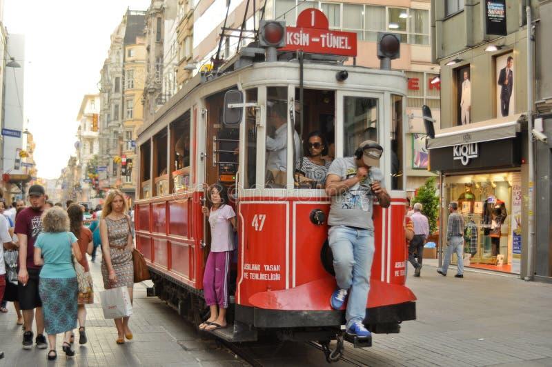 Na Taksim Ulicie rocznika tramwaj Istiklal zdjęcie royalty free