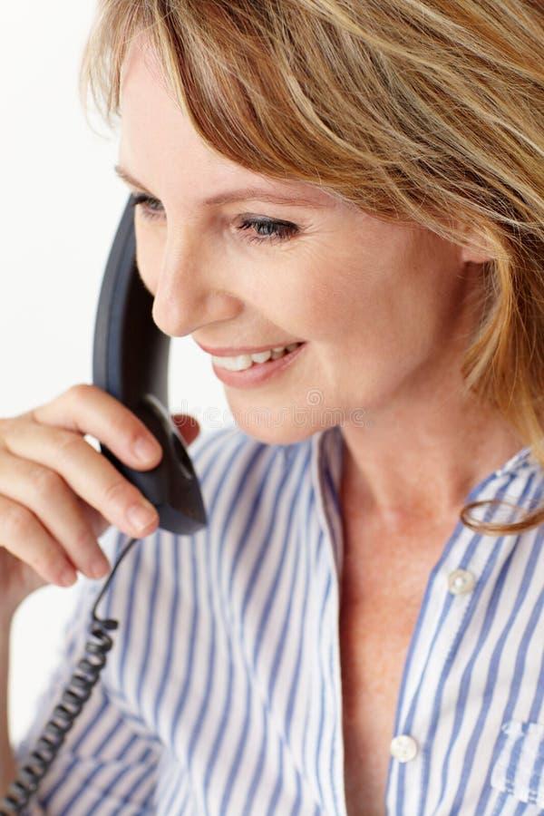Na telefonie w połowie pełnoletni bizneswoman obrazy royalty free