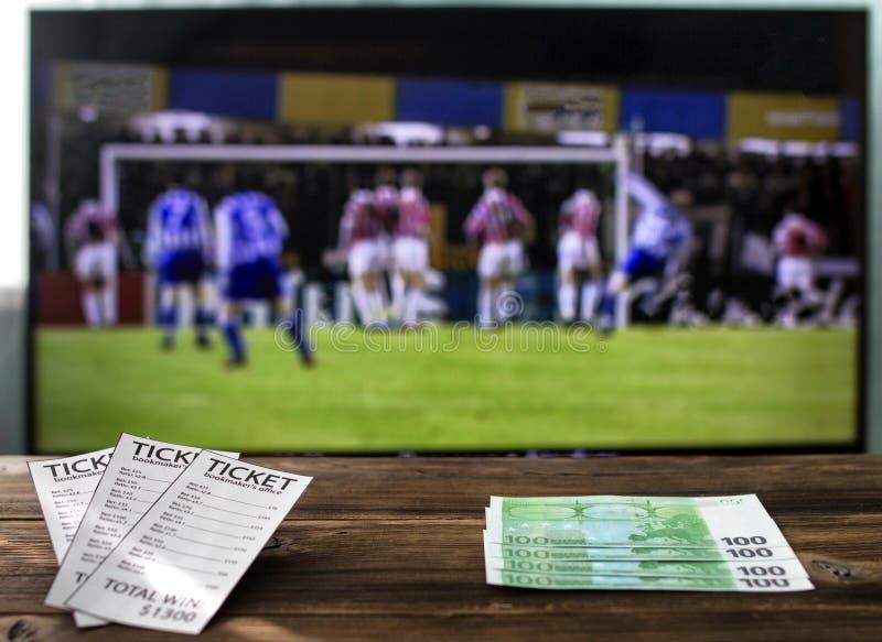 Na tevê há uma liga dos campeões no futebol em bilhetes do ` um s do editor da tabela e euro-, taxas em esportes imagens de stock