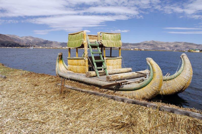 Na Titicaca Totora łódź fotografia stock