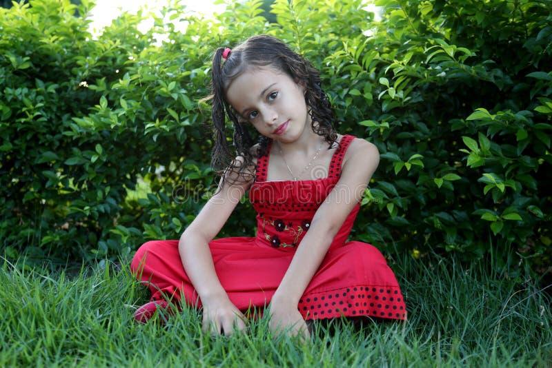 Na trawie dziewczyny obsiadanie zdjęcie stock