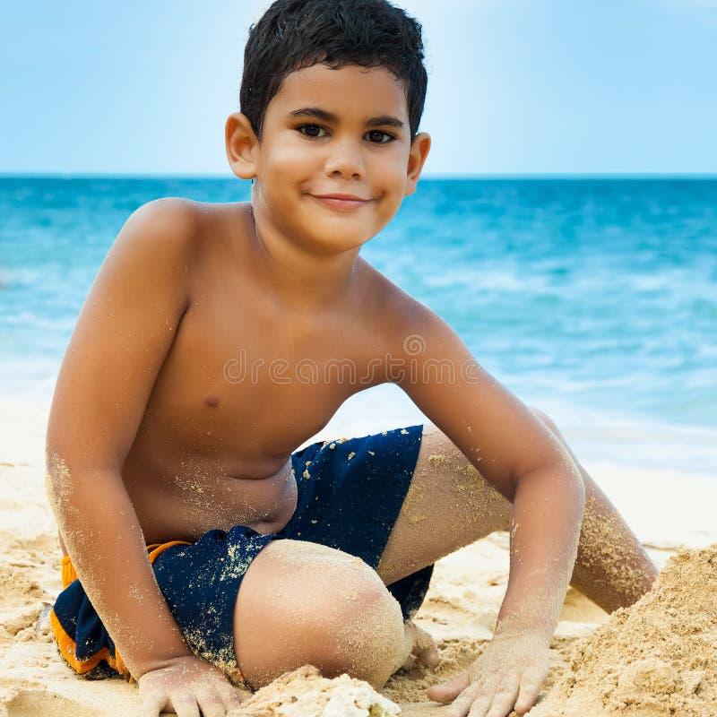 Na tropikalnej plaży łacińska chłopiec zdjęcie royalty free