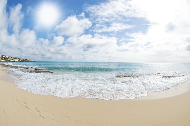 Na Tropikalnej Plaży piękny Dzień fotografia royalty free