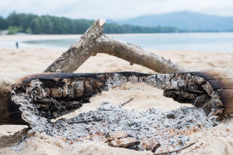 Na Vuur op het zand stock afbeelding