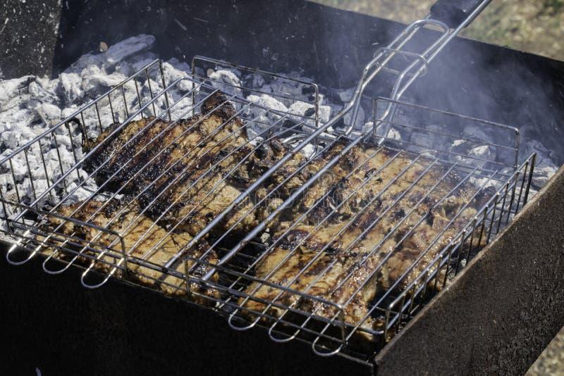 Na w?giel drzewny grillu piec na grillu mi?so Embers dymią popiół obraz royalty free