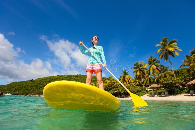 Na wakacje aktywna młoda kobieta fotografia stock