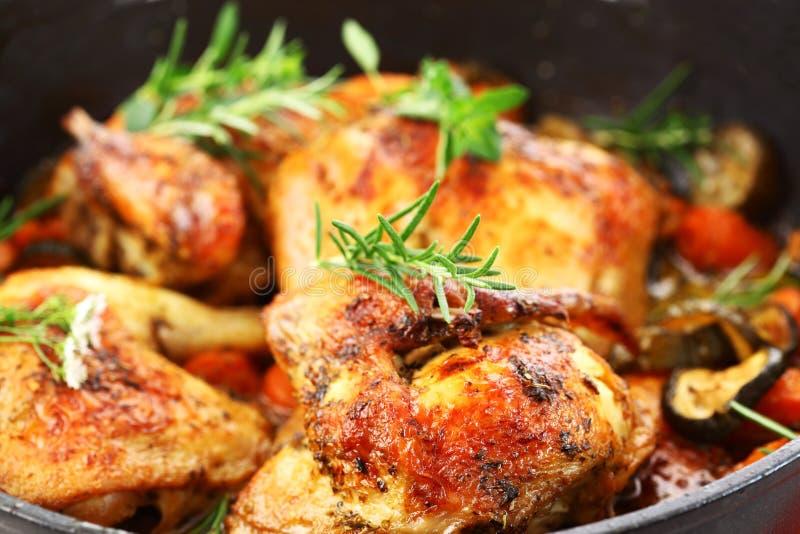 Na warzywach piec na grillu kurczak obrazy stock