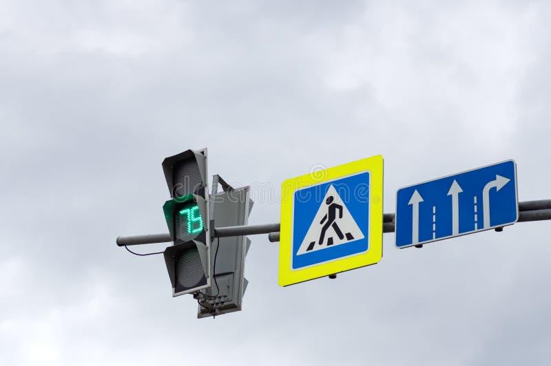 Na ?wiat?a ruchu zielony kolor Znak zwyczajny skrzy?owanie zdjęcia stock