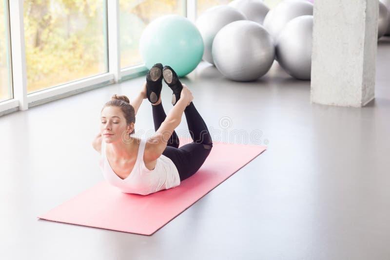 na widok Szczęście kobieta robi joga, łęk postura, joga obrazy stock