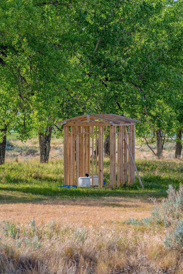 Na wolnym powietrzu outhouse z toaletą w Saskatchewan, Kanada zdjęcia stock