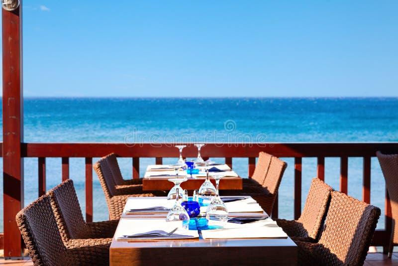 Na wolnym powietrzu restauracja morzem przygotowywa otrzymywać gości fotografia royalty free