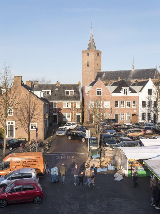 Na wolnym powietrzu rynek w przedpolu wielki stary kościół w holenderskim miasteczku naarden przekazywać obrazy royalty free