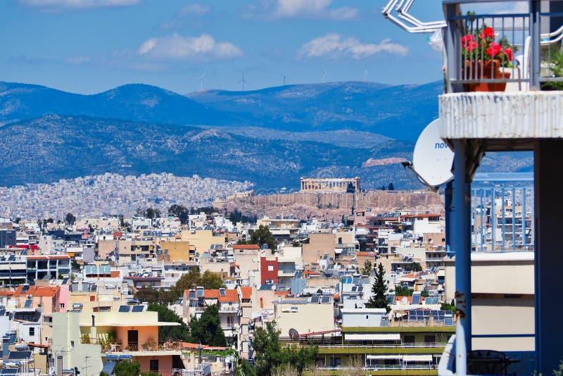 Na Wysokim Szczeblu widok Nad Ateny przedmieściami Parthenon na akropolu, Grecja fotografia stock