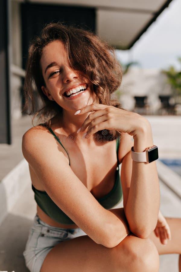 Na zewnątrz zakończenia w górę portreta szczęśliwy uroczy model z kędzierzawym włosy śmia się kamera zdjęcie stock